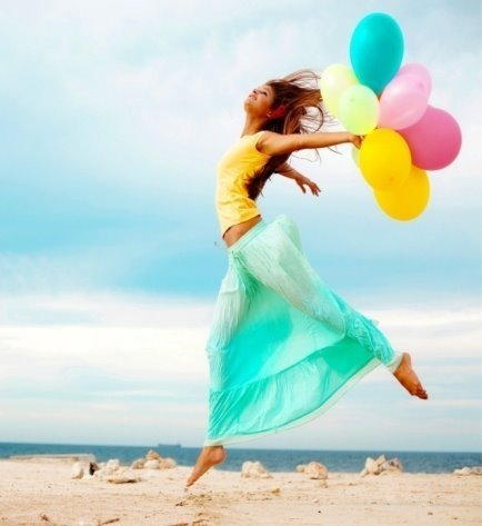 http://www.shinylife.ru/wp-content/uploads/2016/11/Happy-girl-at-beach-with-balloons.jpg